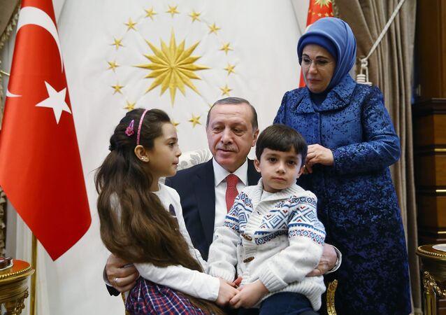 Cumhurbaşkanı Recep Tayyip Erdoğan ve eşi Cumhurbaşkanlığı Sarayı'nda Halepli Bana ve ailesini ağırladı