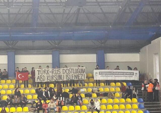 Türkiye Gençlik Birliği, İstanbul Büyükşehir Belediyesi-Dinamo Moskova voleybol maçında 'Türk-Rus dostluğuna ABD kurşunu işlemez' pankartı açtı.