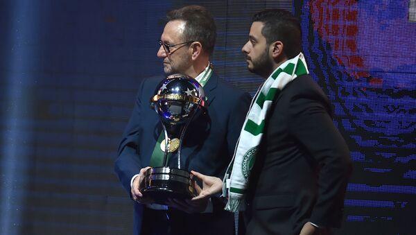 Chapecoense takımının yeni başkanı Plinio David de Nes Filho, 2016 Sudamericana Kupası'nı kabul etti - Sputnik Türkiye
