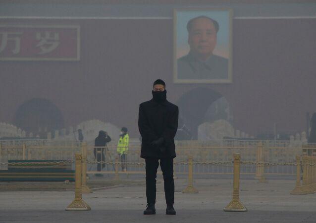 Pekin'deki Tiananmen meydanında kirli hava kütlesi altında nöbet tutan bir güvenlik görevlisi