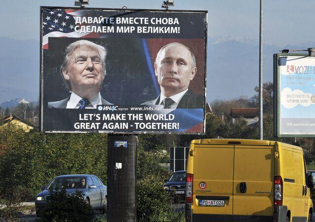 Rusya Devlet Başkanı Vladimir Putin ve ABD'nin 45. Başkanı Donald Trump'ın fotoğraflarının yer aldığı bir reklam panosu