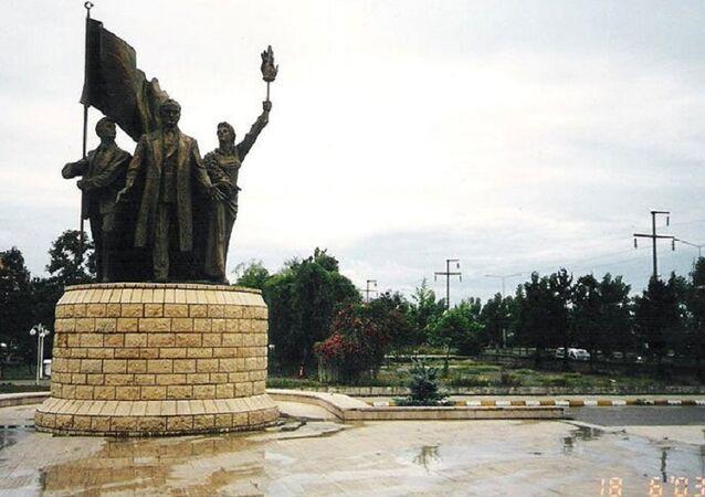 Sivas'ta Cumhuriyet'in 75. yılı için yapılan ve 2005 yılında kaldırılan Atatürk anıtı