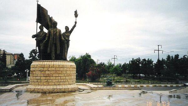 Sivas'ta Cumhuriyet'in 75. yılı için yapılan ve 2005 yılında kaldırılan Atatürk anıtı - Sputnik Türkiye