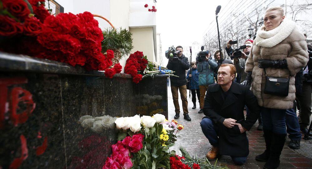 Moskovalılar uçak kazasında ölen Kızıl Ordu mensupları için Kızıl Ordu merkezi önüne çiçekler bıraktı