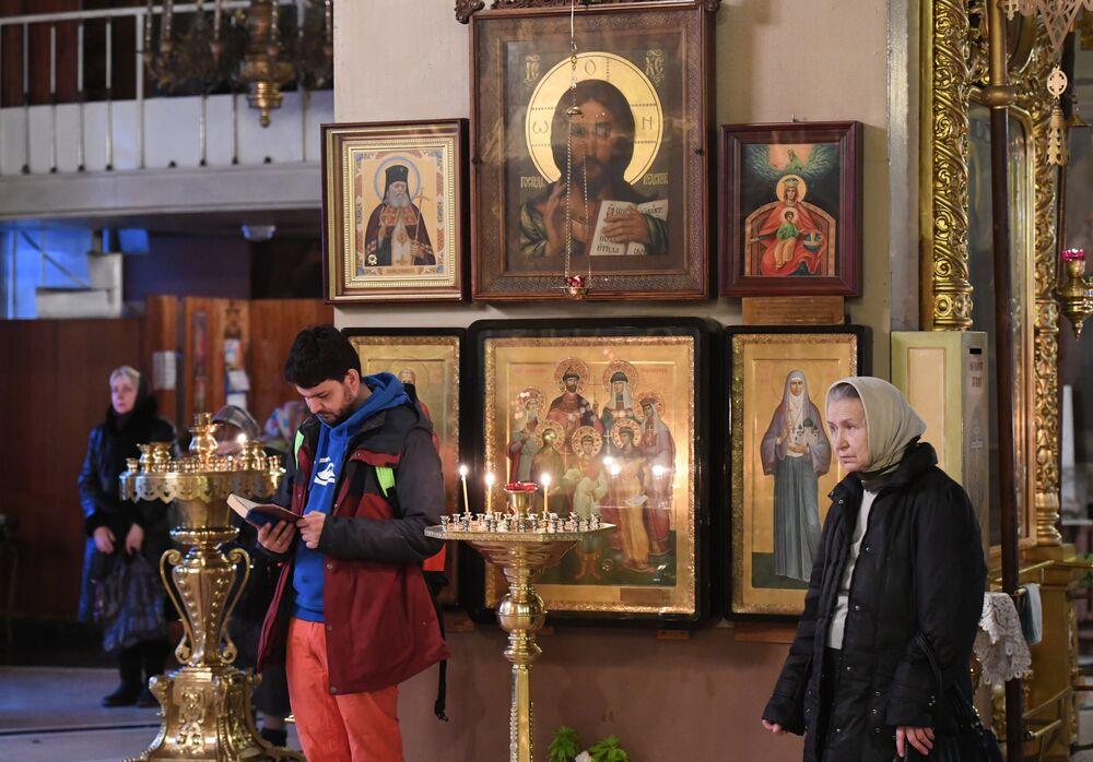 Tu-154 faciasında ölenler için Moskova'daki Bogoyavlenskiy Katedrali'nde ayin düzenlendi.