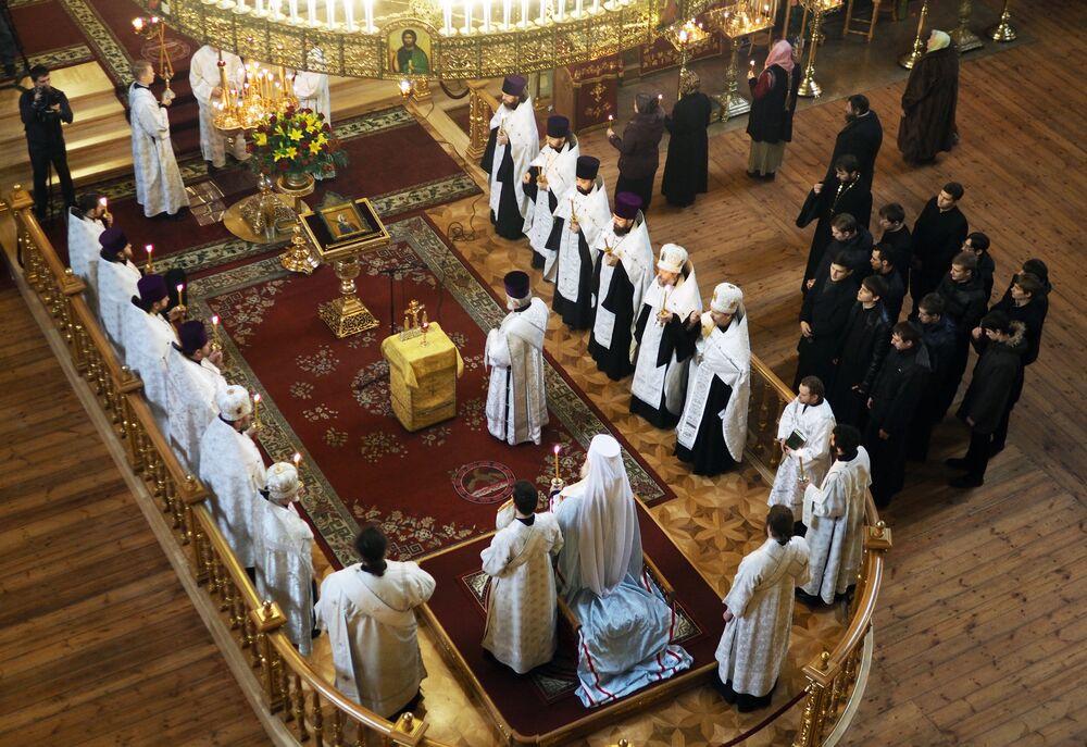 Tu-154 faciasında ölenler için Krasnodar'daki Svyato Yekarininskiy Katedrali'nde düzenlenen ayinden bir kare.