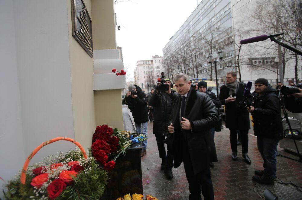 Moskova Kültür Dairesi Başkanı Aleksandr Kibovskiy, Moskova'daki Aleksandrov Kızıl Ordu Korosu binasının önünde