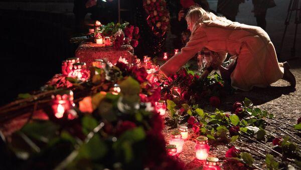 Tu-154 uçağının düştüğü ve 92 kişiye mezar olan Tu-154 uçağının kalkış yaptığı Soçi'de deniz kıyısına ölenler anısına çiçek bırakıldı. - Sputnik Türkiye