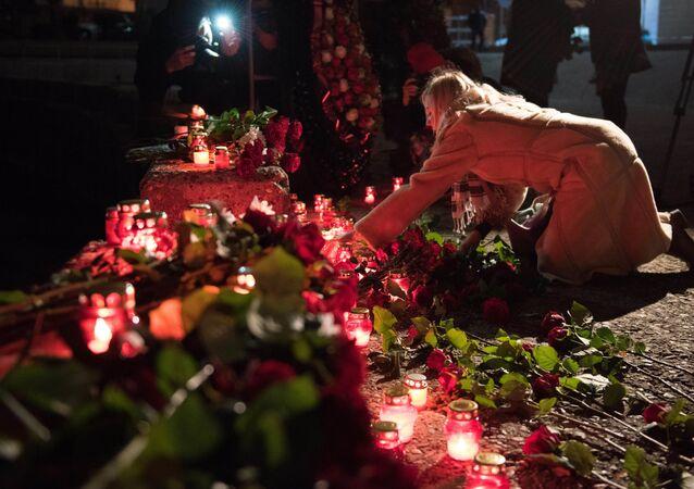Tu-154 uçağının düştüğü ve 92 kişiye mezar olan Tu-154 uçağının kalkış yaptığı Soçi'de deniz kıyısına ölenler anısına çiçek bırakıldı.