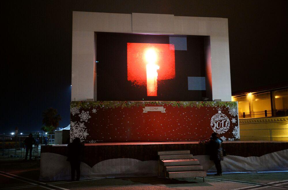 Faciada ölenler anısına Soçi'de düzenlenen bir anma töreni çerçevesinde interaktif bir ekranda da mum yakıldı.