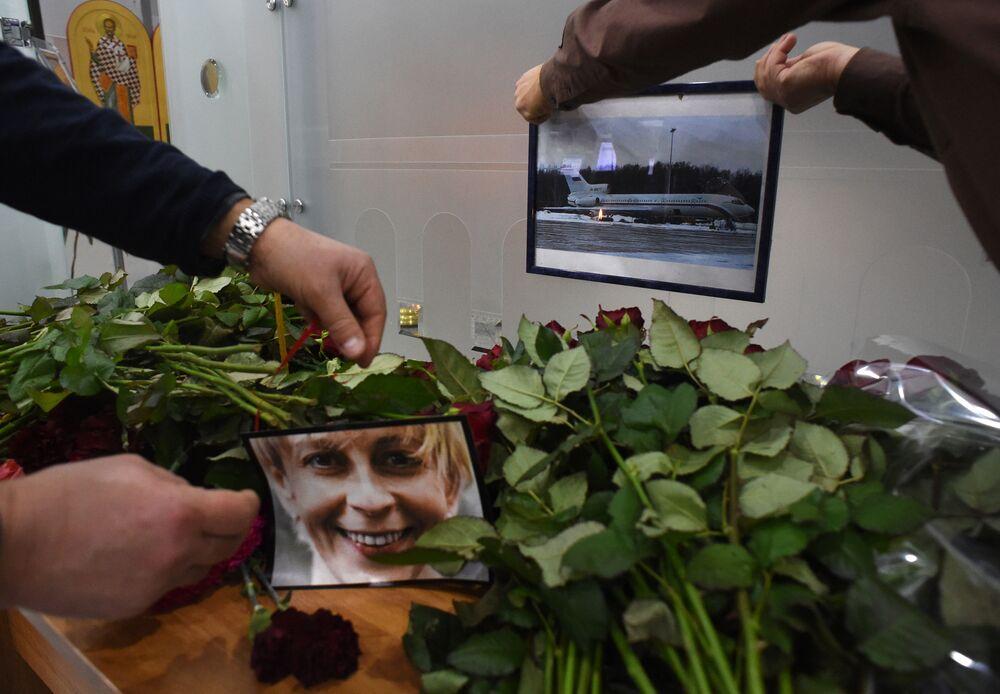 Moskova'dan Suriye'nin Lazkiye kentine giderken Soçi yakınlarında Karadeniz'e düşen Tu-154 tipi yoldu uçağında hayatını kaybeden 92 kişi arasında Dr. Lisa lakaplı Rus aktivist Elizaveta Glinka da vardı.