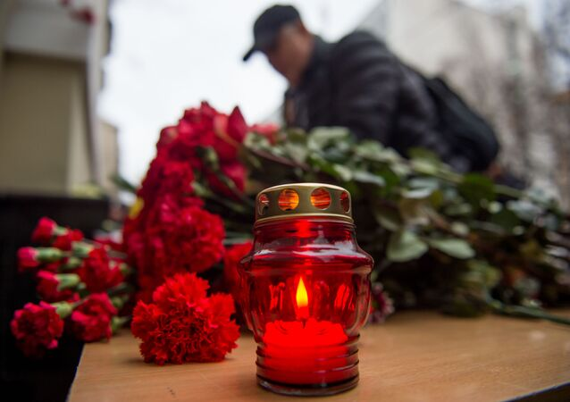 Moskova'daki Aleksandrov Kızıl Ordu Korosu'na ait binanın önünde uçak kazasında ölenler için mumlar yakılıyor