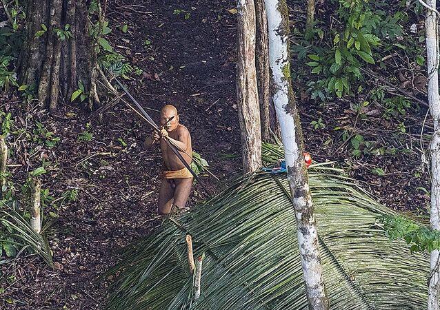 Brezilya'daki yağmur ormanlarında 20 bin yıl önceki ataları gibi yaşayan kabilenin görüntüleri