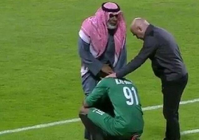Katar'da futbol maçında annesine küfredilen kaleci babasinin ayaklarina kapanarak özür diledi