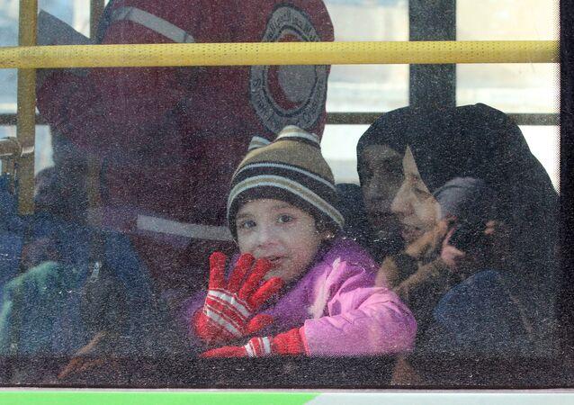 Doğu Halep'ten tahliye edilen Suriyeli bir çocuk