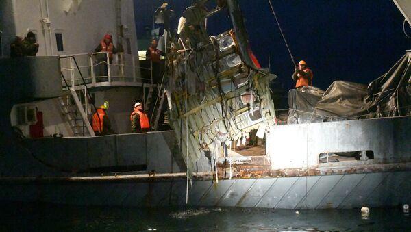 Karadeniz'de düşen Tu-154 uçağının çıkarılan parçalarından biri - Sputnik Türkiye