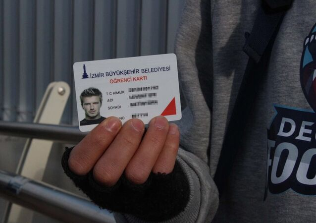 İzmir'de bir öğrenci David Beckham fotoğrafıyla kart aldı