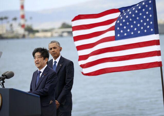 Başkanı Barack Obama ile Japonya Başbakanı Şinzo Abe, Pearl Harbor'da