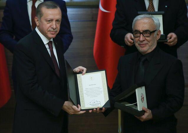 Cumhurbaşkanlığı Kültür ve Sanat Büyük Ödülleri Töreni, Cumhurbaşkanlığı Külliyesinde düzenlendi. Törene katılan Cumhurbaşkanı Recep Tayyip Erdoğan, Sinema dalında ödüle hak kazanan ünlü oyuncu Şener Şen'e ödülünü takdim etti.