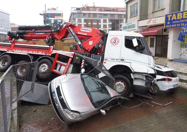 Maltepe'de vinçli kamyon 8 aracı ezdi