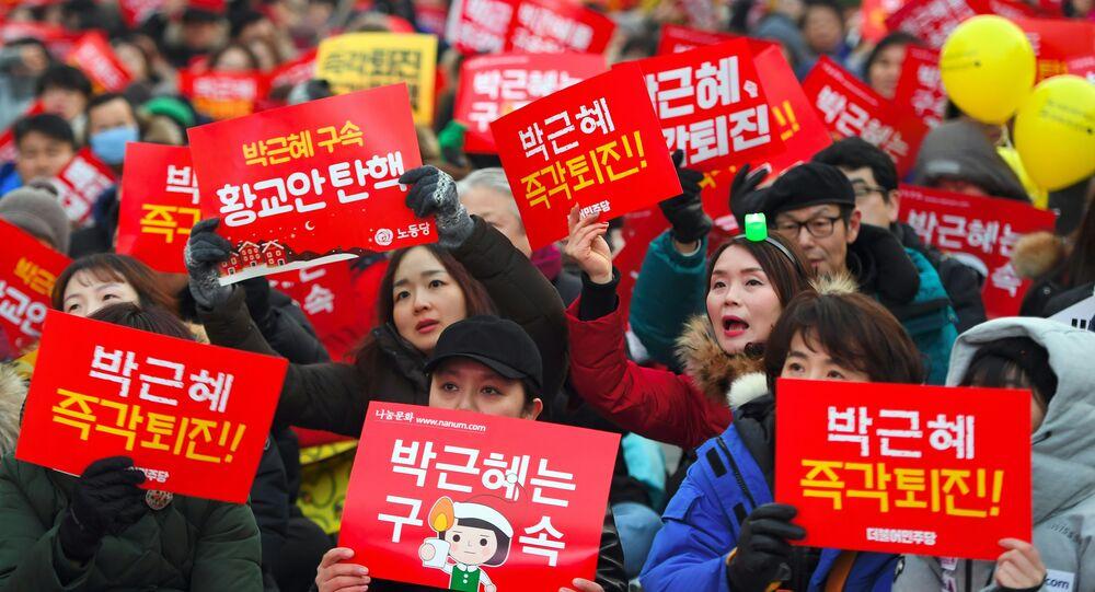 Başkent Seul'de Park'ın görevden alınması için çağrı yapan eylemciler