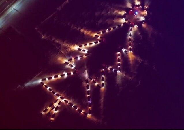 """Rus sürücüler kendi araçlarından """"ışıklı"""" dev Noel ağacı oluşturdu"""