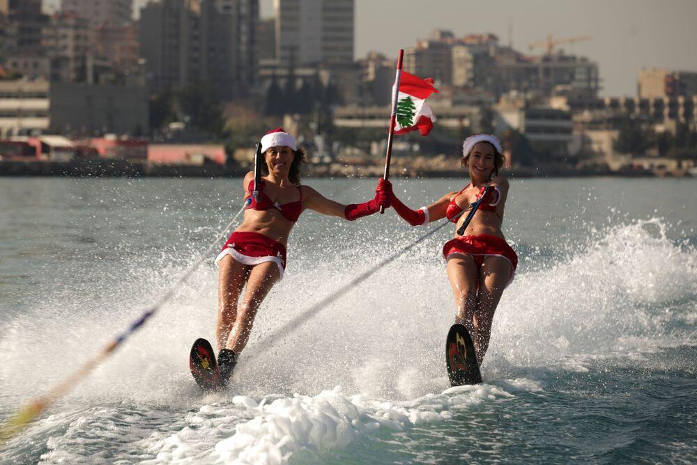 Dünyanın dört bir yanından Noel Baba kıyafetli kızlar