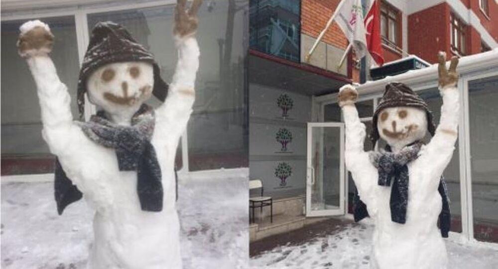 Polisler HDP Genel Merkezi'ndeki kardan adamın ellerini kırdı