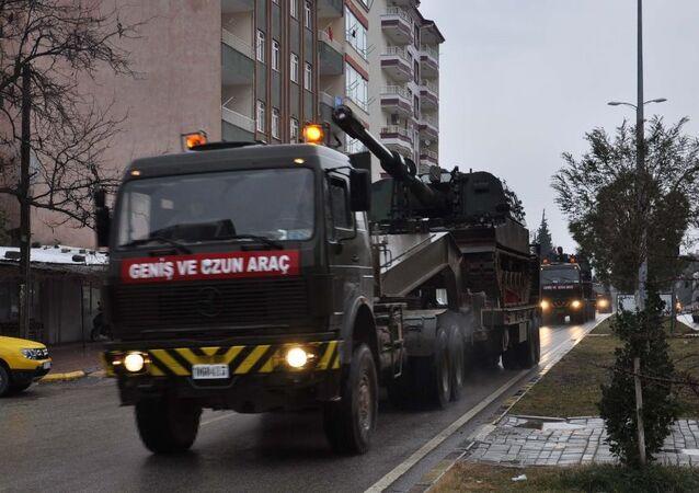Gaziantep'in Suriye sınırındaki Oğuzeli ve Karkamış ilçelerindeki sınır birliklerine İslahiye'den askeri sevkiyat yapıldı.