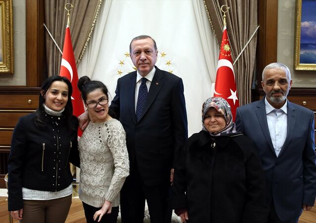 Cumhurbaşkanı Recep Tayyip Erdoğan, portresini çizerek, Twitter üzerinden kendisine ulaşan engelli Gülşah Yağmur Yazıcı (sol 2) ile anne Sebahat Yazıcı ve baba Şenol Yazıcı ile Cumhurbaşkanlığı Külliyesi'nde görüştü.