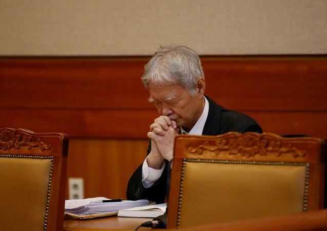 Güney Kore Devlet Başkanı Park'ın avukatı Anayasa Mahkemesi'ndeki ilk duruşma öncesi dua ederken