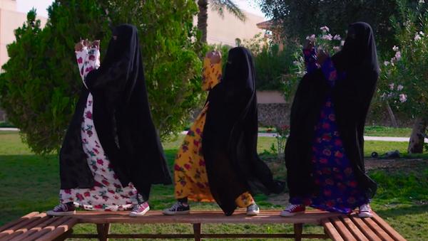 Kadınların dans edip araba kullandığı klip Suudi Arabistan'daki muhafazakarları kızdırdı - Sputnik Türkiye