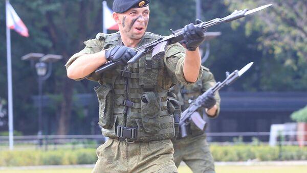 Rus deniz piyadeleri ortak askeri tatbikat için gittikleri Filipinler'in başkenti Manila'da düzenlenen bir etkinlikte askeri becerilerini sergiledi. Rus piyadeler tek darbeyle tuğla kırarak güç gösterisi yaptı. - Sputnik Türkiye