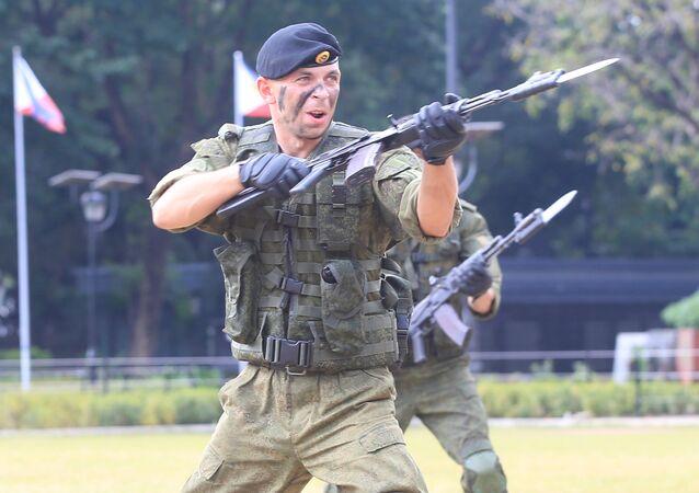 Rus deniz piyadeleri ortak askeri tatbikat için gittikleri Filipinler'in başkenti Manila'da düzenlenen bir etkinlikte askeri becerilerini sergiledi. Rus piyadeler tek darbeyle tuğla kırarak güç gösterisi yaptı.