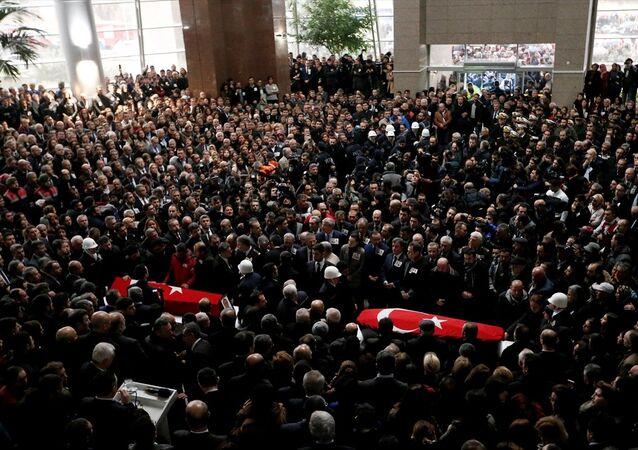 PKK saldırısında ölen polis memuru Fethi Sekin ile adliye çalışanı Musa Can için İzmir Adliyesi'nde tören düzenlendi.