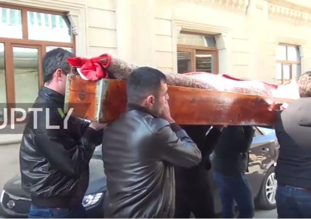 Reina'da yılbaşı gecesi düzenlenen terör saldırısında hayatını kaybeden 28 yaşındaki Rus vatandaşı Nurana Gasanova, son ikamet yeri Azerbaycan'ın başkenti Bakü'de dün toprağa verildi.