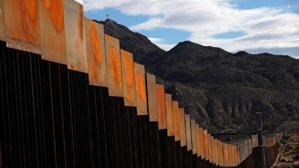 Meksika sınırındaki duvarın yeni yapılan bir bölümü - Sputnik Türkiye
