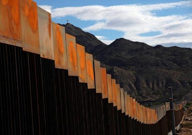 Meksika sınırındaki duvarın yeni yapılan bir bölümü
