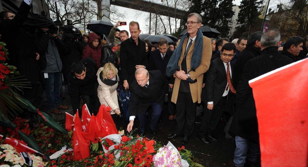 İstanbul'da görev yapan 14 başkonsolos ve 30'a yakın diplomatik temsilci, terör saldırısına uğrayan Reina önünde hayatını kaybedenlerin anısına karanfil bırakarak dua etti.
