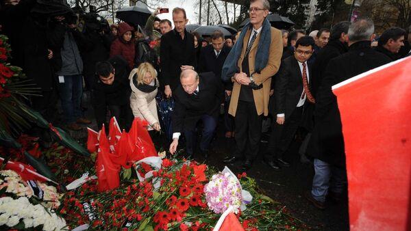 İstanbul'da görev yapan 14 başkonsolos ve 30'a yakın diplomatik temsilci, terör saldırısına uğrayan Reina önünde hayatını kaybedenlerin anısına karanfil bırakarak dua etti. - Sputnik Türkiye