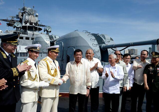 Filipinler Devlet Başkanı Rodrigo Duterte, başkent Manila'ya giden Rus denizaltısavar destroyer gemisini gezdi.