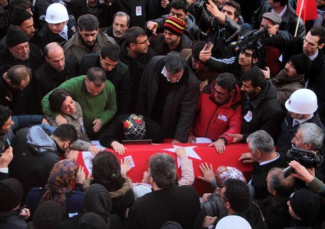 İzmir'deki Saldırıda ölen polis Fethi Sekin'in cenazesine binlerce kişi katıldı