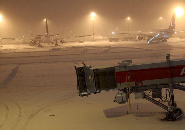 Atatürk Havalimanı'nda kar