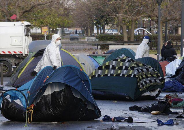Fransa'da sığınmacıların çadırlarını söken görevliler