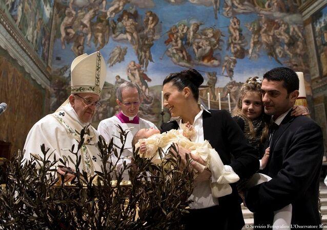 Papa Françesko, Vatikan'daki Sistine Şapeli'nde düzenlenen vaftiz töreninde