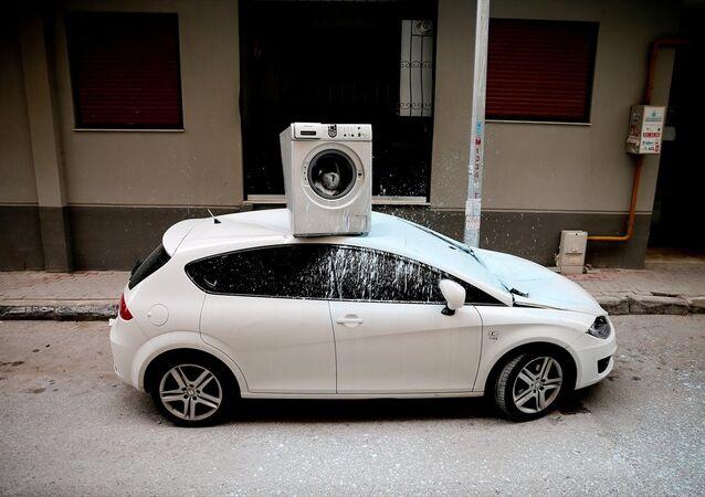 İzmir'in Gaziemir ilçesinde psikolojik sorunları olduğu öne sürülen kişinin 3. kattaki evinin balkonundan attığı çamaşır makinesi, park halindeki otomobilin üzerine düştü.