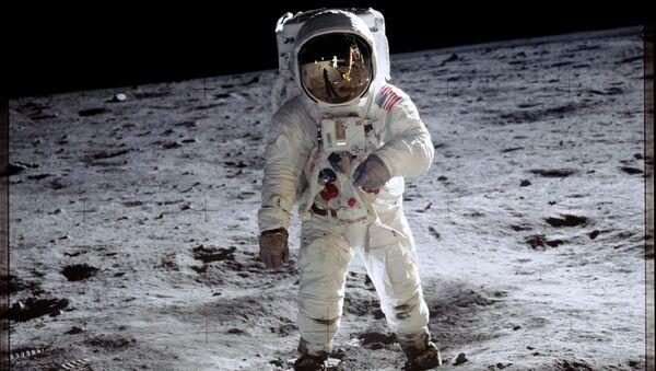Apollo 11 görevi sırasında Ay'ın yüzeyinde yürüyen ABD'li astronot Buzz Aldrin - Sputnik Türkiye