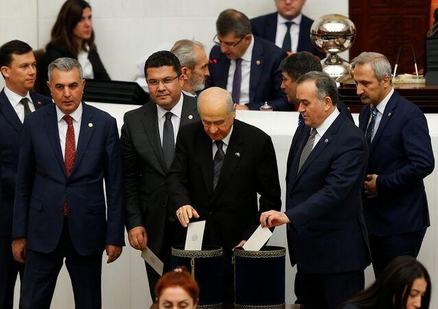 TBMM Genel Kurulunda, Anayasa değişiklik teklifinin 1. turunda üçüncü maddenin gizli oylaması yapıldı. MHP Genel Başkanı Devlet Bahçeli, oyunu kullandı.