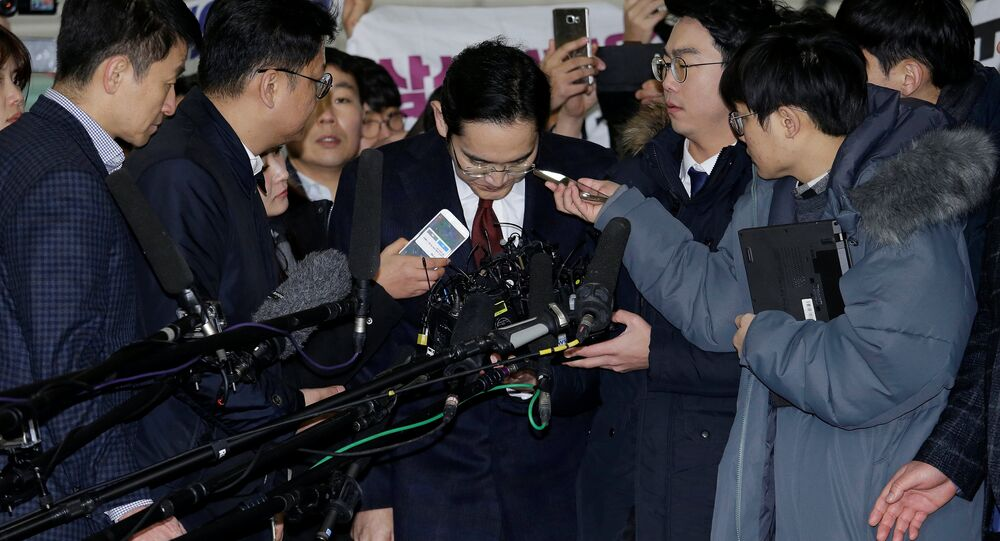 Samsug Electronics'in başkan yardımcısı Jay Y. Lee sorgulanmak üzere geldiği mahkmede gazetecilerin sorularını yanıtladıktan sonra özür dileyip eğildi