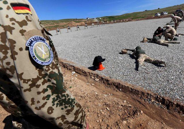 Erbil yakınlarında Peşmergeye eğitim veren bir Alman askeri